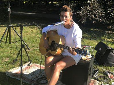 Singer und Songwriter Esthi Kiel unterstützt den soroptimistischen Gedanken und spielt auf dem 7. Weißen Dinner des Club Soroptimist Insel Rügen im Putbuser Park auf.